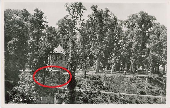 Rood omcirkeld de Duitse Bunker aan de oostzijde van het Valkhofpark.