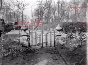 Het hek voor het huis van Robert Janssen aan het Kelfkensbos na het bombardement. Op de achtergrond het Valkhofpark met de Bunker. Bron: Fotocollectie Regionaal Archief Nijmegen