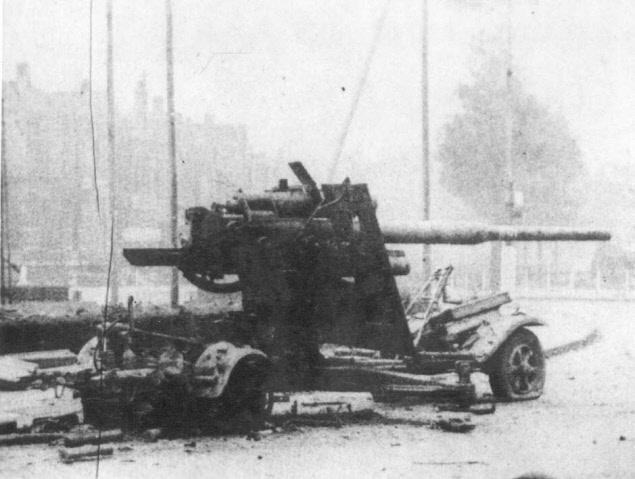 Verlaten stuk Duits 88mm luchtdoelgeschut (FLAK) op het toen zogeheten Keizer Lodewijkplein. Dit kanon heeft de geallieerde opmars dagenlang gefrustreerd met gericht vuur vanaf het midden van het plein. Bron: Fotocollectie Regionaal Archief Nijmegen