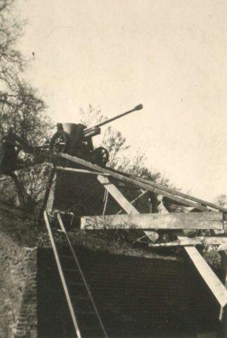 Plaatsing van het 50mm PAK 38 kanon (Panzerabwehrkanone) op een betonnen plateau onderaan de Belvédère in het Hunnerpark te Nijmegen. Gericht op de Waalbrug. Dit kanon staat er nu nog steeds.