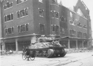 Kelfkensbos. Sherman Fireflytank op de hoek met de Hertogstraat (Links)