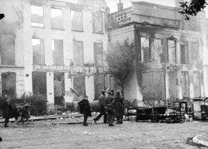 De op 20-21 september 1944 uitgebrande panden aan de Hoogstraat/Lindenberg.