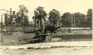 Het uitgeschakelde 8,8cm kanon op het Keizer Lodewijkplein (Bevrijdingsmuseum Groesbeek).