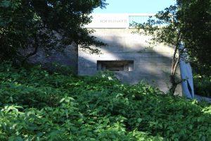 De Valkhofbunker vanaf de Waalkade gezien